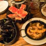 Garnelen im Tontopf, Muscheln und Tomatenbrot in der Tapas-Bar Cu-Cut Taverna Gastronomica in Barcelona