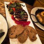 Ziegenkäse mit Gemüse in der Tapas-Bar Cu-Cut Taverna Gastronomica in Barcelona