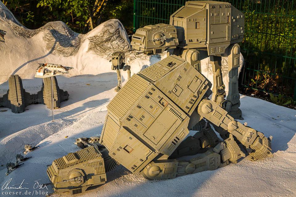 Der Allterrain-Scouttransporter (AT-ST) in der Star-Wars-Dauerausstellung im Legoland Deutschland Resort in Günzburg