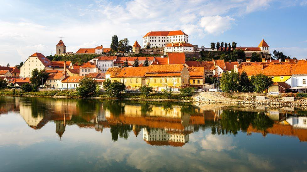 Spiegelung der Stadt Ptuj in der Drau