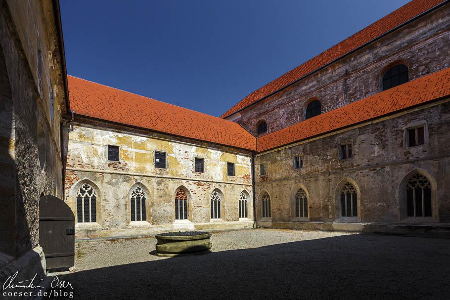 Innenhof mit Brunnen im Dominikanerkloster in Ptuj