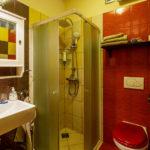 Bad im Doppelzimmer im Muzikafe Bed & Breakfast in Ptuj