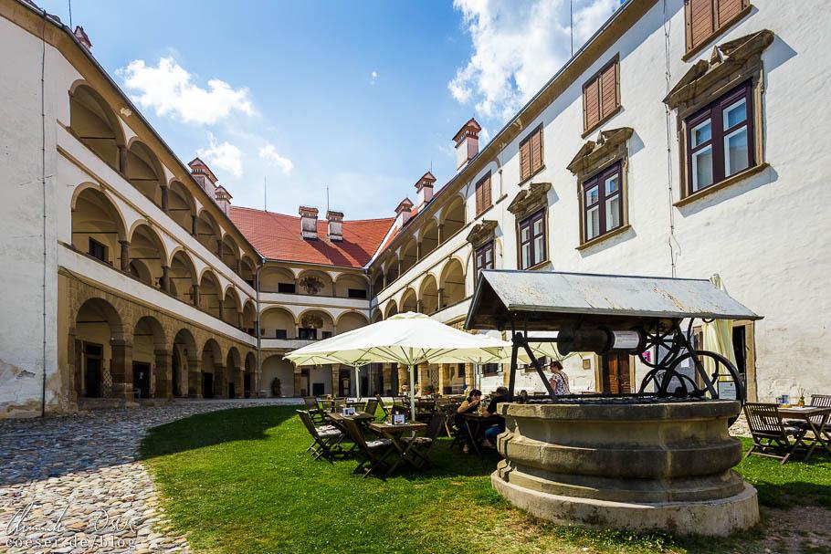 Der Innenhof des Schlosses von Ptuj mit kleinem Café
