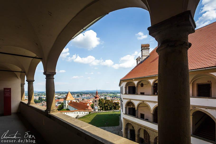 Ausblick von den Arkaden des Schlosses auf Ptuj