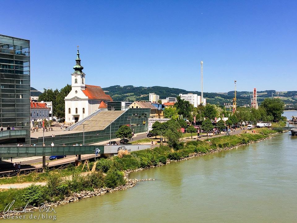 Blick auf die Donau und den Urfahranermarkt in Linz