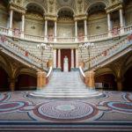 Treppenaufgang nach der Eingangshalle im Athenäum in Bukarest