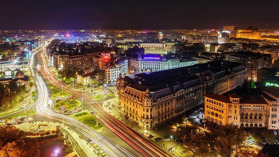 Blick auf das beleuchtete Bukarest vom Hotel Intercontinental