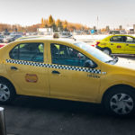 Ein offizielles Taxi vor dem Flughafen Bukarest Otapendi