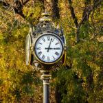 Eine historische Uhr im König-Michael-I.-von-Rumänien-Park (Herăstrău-Park)