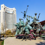 "Das Hotel Intercontinental in Bukarest und die Skulptur ""The Harlequin Carriage"""