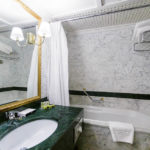Bad im Doppelzimmer im Hotel Intercontinental in Bukarest