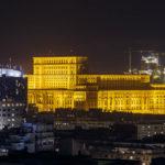Blick vom Zimmerbalkon des Hotel Intercontinental auf den beleuchteten Parlamentspalast in Bukarest