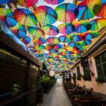 Bunte Regenschirme in der Passage Pasajul Victoria in Bukarest