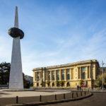 Das Nationale Kunstmuseum von Rumänien und das Denkmal der Wiedergeburt auf dem Platz Piaţa Revoluţiei in Bukarest