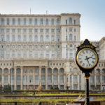 Eine alte Uhr vor dem Parlamentspalast von Bukarest