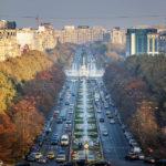 Ausblick vom Balkon des Parlamentspalasts auf den Bulevardul Unirii in Bukarest