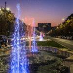 Beleuchte Springbrunnen auf dem Bulevardul Unirii vor dem Parlamentspalast in Bukarest