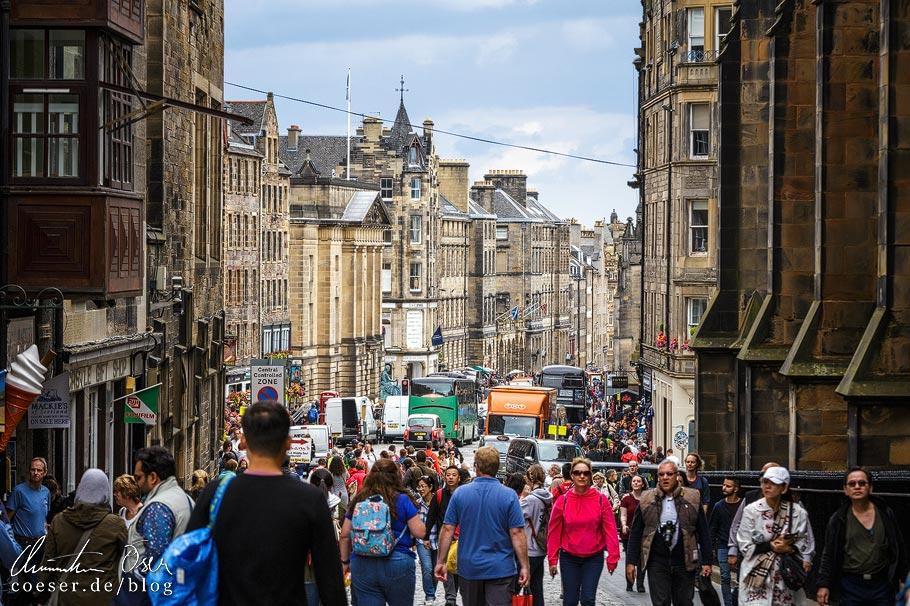 Touristen auf der Royal Mile in Edinburgh