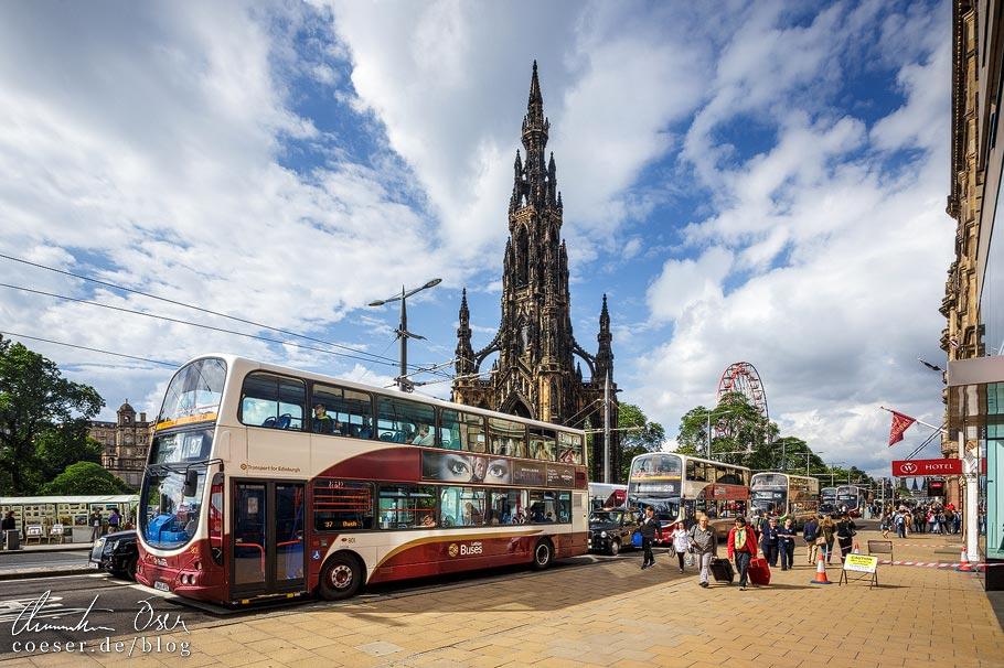 Ein Lothian Bus auf der Princes Street vor dem Scott Monument in Edinburgh