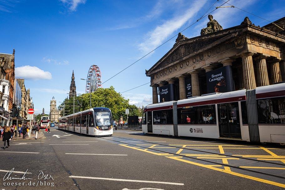 Zwei Straßenbahnen der Edinburgh Trams auf der Princes Street