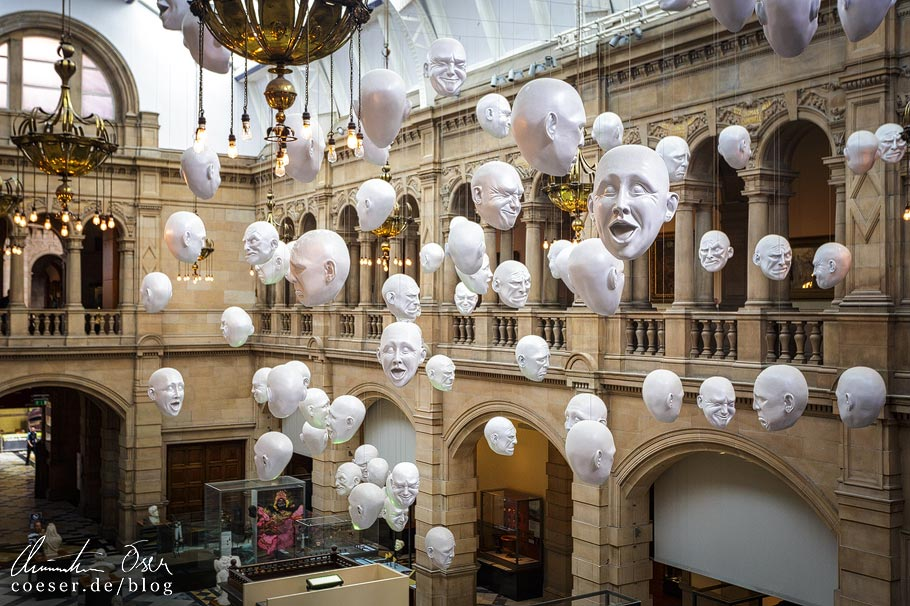 Das Kunstwerk Floating Heads von Sophie Cave in der Kelvingrove Art Gallery