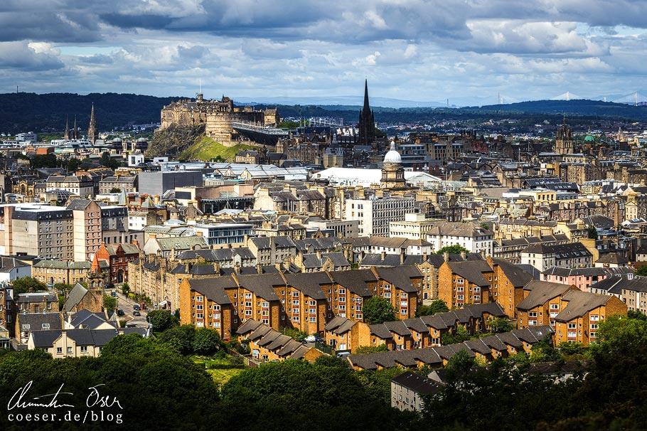 Ausblick von Arthur's Seat auf Wohnsiedlungen und das Edinburgh Castle