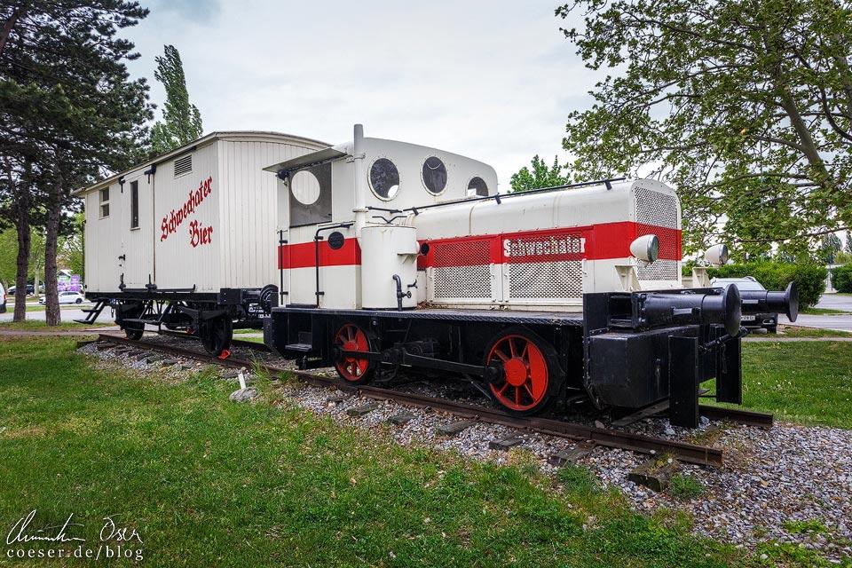 Historischer Güterzug vor der Brauerei Schwechat