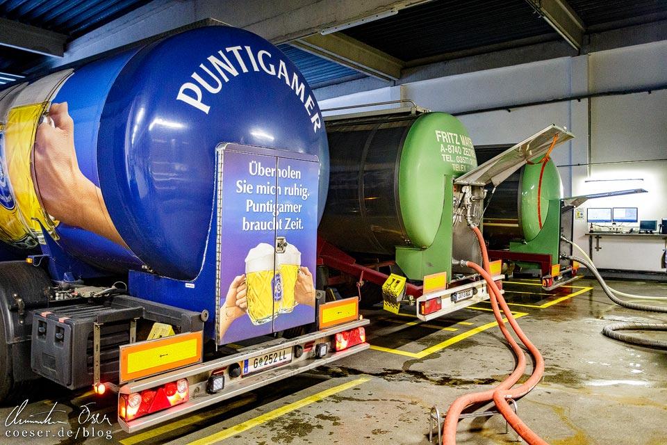 Anlieferung von Bier-Lkws in der Brauerei Schwechat