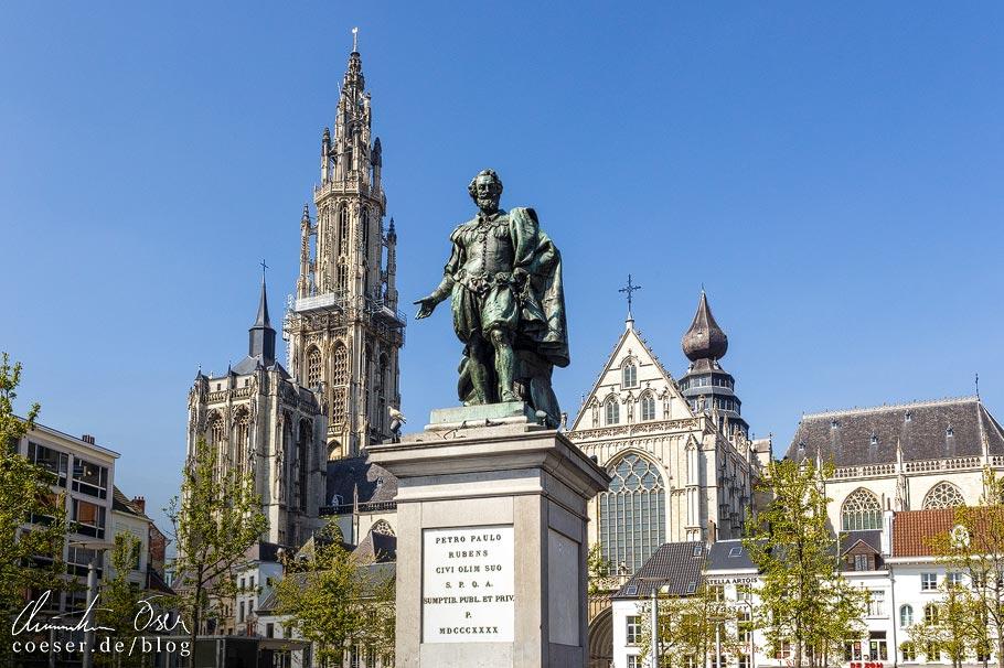 Rubens-Statue vor dem Turm der Liebfrauenkathedrale in Antwerpen