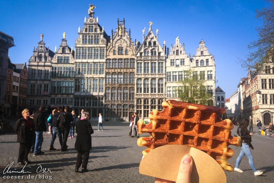 Großer Markt von Antwerpen und eine belgische Waffel