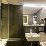 Bad im Doppelzimmer im Hotel Monsieur Ernest in Brügge