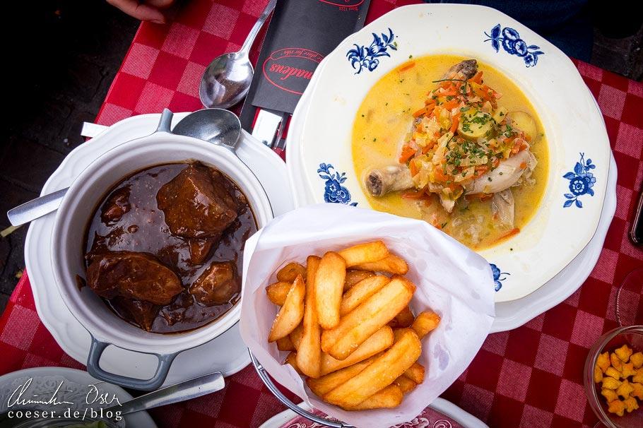 Typisch flämische Speisen Vlaamse Stoverij (eine Art Rindergulasch) und Waterzooi (Eintopf mit Hühnerkeule und Gemüse)