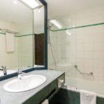 Bad im Doppelzimmer im Hotel NH Gent Belfort