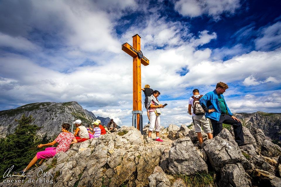 Wanderer auf dem Gipfel des Jenner vor dem Gipfelkreuz