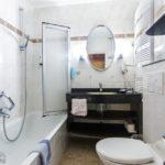 Bad im Doppelzimmer mit getrennten Betten im Hotel Krone in Berchtesgaden