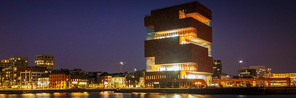 Nachtaufnahme des MAS (Museum aan de Stroom) in Antwerpen