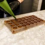 Frisch befüllte Pralinen im Schokolademuseum Chocolate Nation in Antwerpen