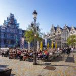 Zunfthäuser, das Rathaus und Lokale auf dem Grote Markt in Antwerpen
