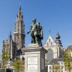 Die Rubensstatue auf dem Groenplaats mit der Liebfrauenkathedrale dahinter