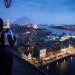 Für Fotografen wurden in die Glaswände Löcher integriert, um störungsfrei von der Dachterrasse des MAS die Stadt Antwerpen fotografieren zu können