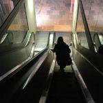 Finsterer Aufstieg über abgeschaltete Rolltreppen zu später Stunde im MAS (Museum aan de Stroom) in Antwerpen
