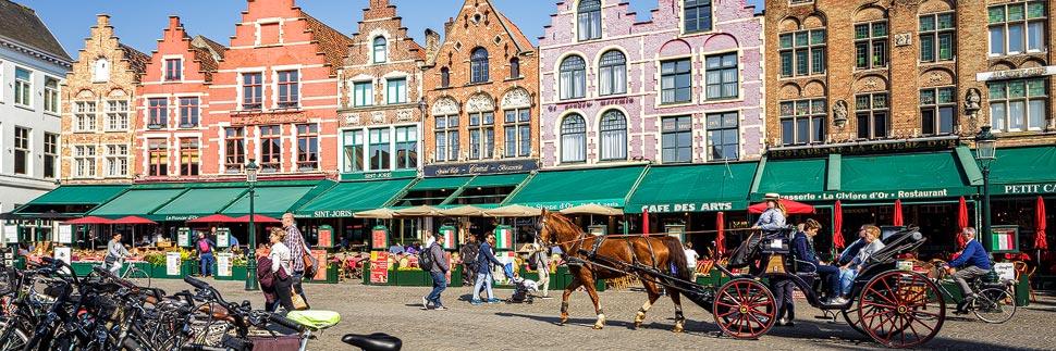 Zunfthäuser und eine Kutsche auf dem Markt in Brügge