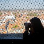 Ein enges Gitter erschwert das Fotografieren vom Belfried aus