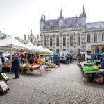Ein Bauernmarkt auf dem Burgplatz von Brügge