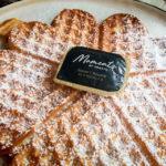 Eine frische Waffel mit Butter im Café The Old Chocolate House in Brügge
