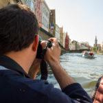 Während einer Grachtenfahrt fotografiert man am besten vom Ende des Bootes aus