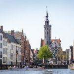 Der Brügger Platz Jan van Eyckplein während einer Grachtenfahrt vom Wasser aus gesehen