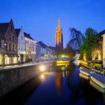 Nachtaufnahme der Liebfrauenkirche in Brügge