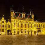 Nachtaufnahme des Rathauses (Stadhuis) in Brügge