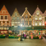 Nachtaufnahme von Zunfthäusern auf dem Markt in Brügge